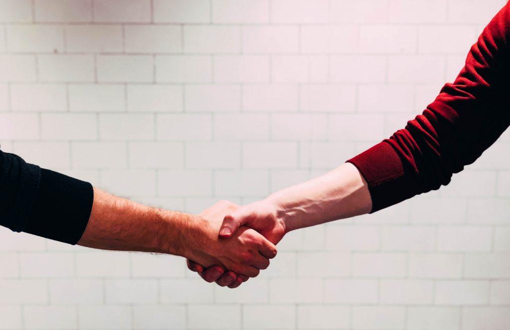 b2b retailers shaking hands